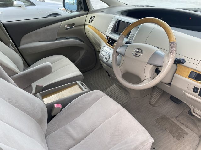 2006 Toyota Estima front seats and steering wheel area picture