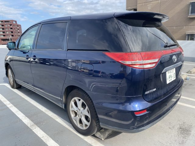 Rear left quarter picture of the 2006 Toyota Estima.