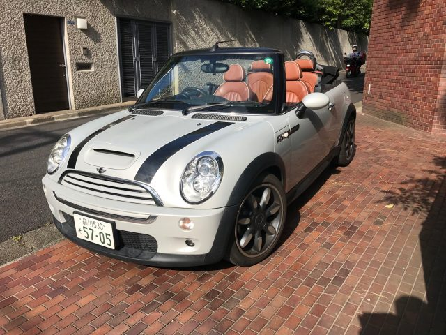 2009 BMW Mini Cooper S - front left image with roof down.
